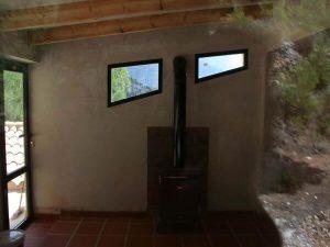 habitación interior construida con chimenea